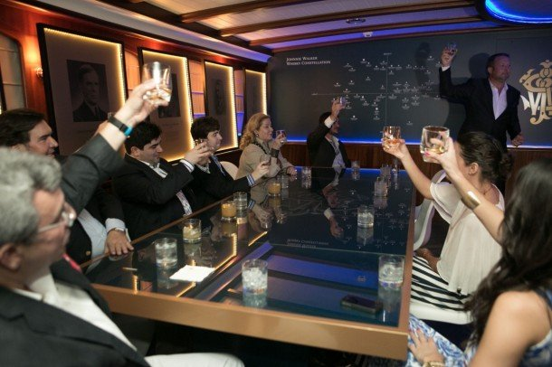 Tom Jones, emabajador global de Johnnie Walker realiza brindis con los asistentes en el Master Whisky Lounge